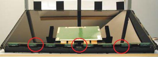 Csavarja ki a belső paneltartó csavarjait