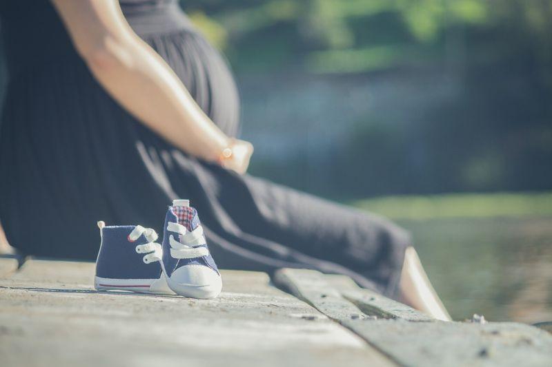 Terhes nő, kis cipők